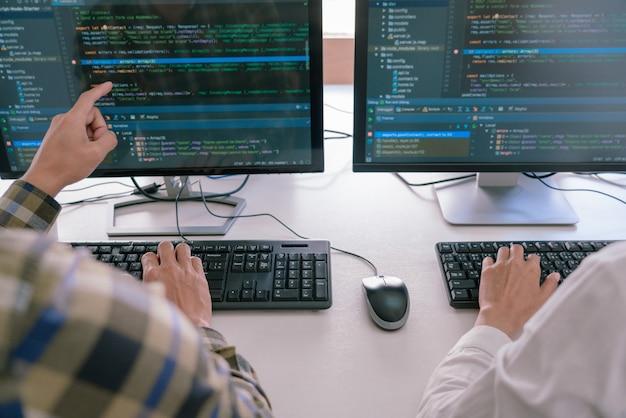 Programmeurs Développant Des Codes Sur Leurs Ordinateurs Photo Premium