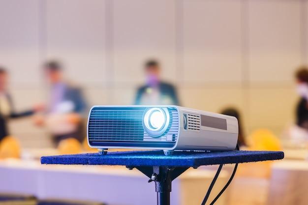 Projecteur dans la salle de conférence Photo Premium