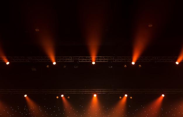 Projecteur de scène avec rayons laser. concert éclairage de fond Photo Premium