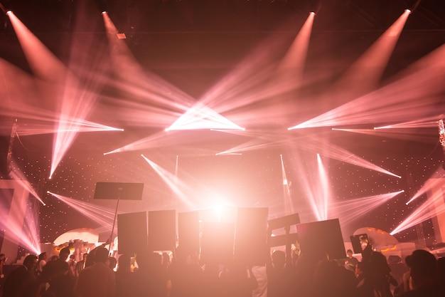Projecteur de scène avec rayons laser. fond d'éclairage de concert Photo Premium