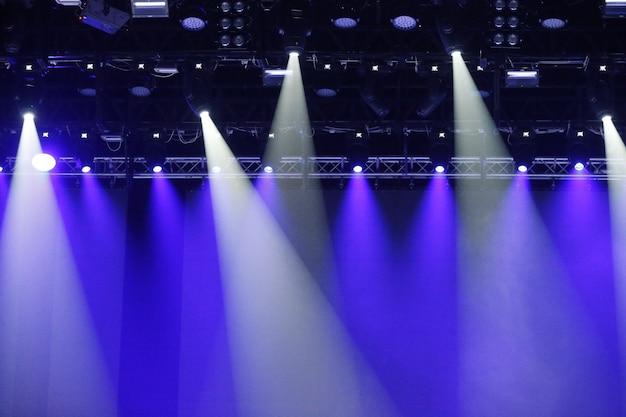 Projecteurs De Concert Rayons Bleus Et Blancs De Puissants Projecteurs Sur Scène Photo Premium