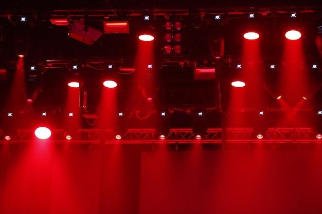 Projecteurs De Concert Rayons Rouges Et Blancs De Puissants Projecteurs Sur Scène Photo Premium