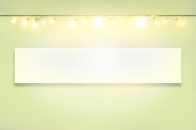 Projecteurs dans une salle d'exposition vide. mur blanc avec spot lampe illuminée Photo Premium