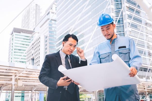 Projet de réunion du chef d'entreprise et d'un ingénieur sur un chantier de construction Photo Premium