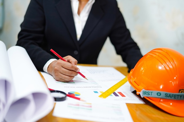 Projet de travail d'architecte ou d'ingénieur avec des outils de bureau Photo Premium