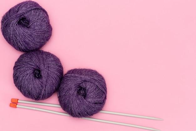 Projet de tricot en cours. un morceau de tricot avec une pelote de laine et des aiguilles à tricoter. Photo Premium