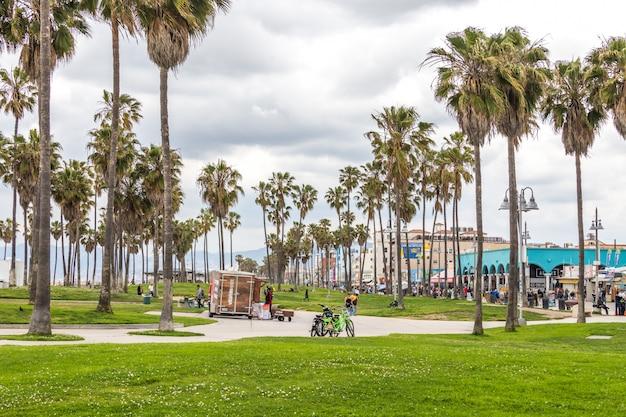 Promenade en front de mer de venice beach à los angeles, célèbre plage en californie Photo Premium