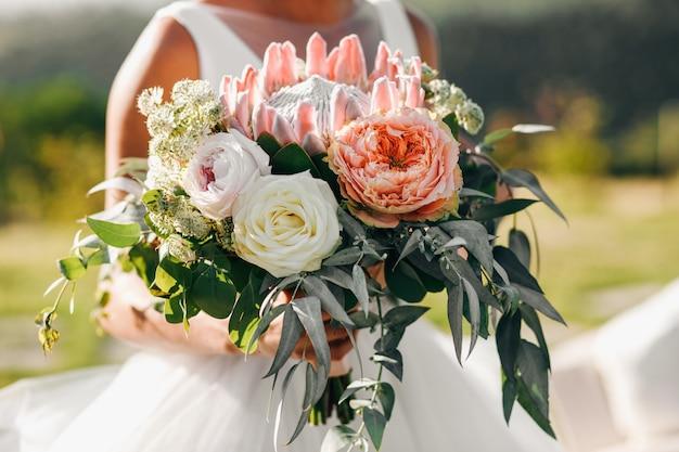 Promenade de la mariée. belle mariée en robe classique promen Photo gratuit