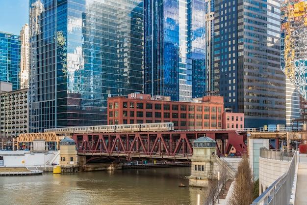 Promenade Sur La Rivière Chicago Avec Yacht En Cours D'exécution Et De La Course Sur La Voie Ferrée Usa Photo Premium