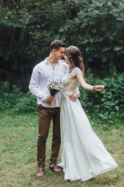 Promenez Les Jeunes Mariés. La Mariée Et Le Marié Dans La Nature. Jour De Mariage. Le Meilleur Jour D'un Jeune Couple Photo Premium