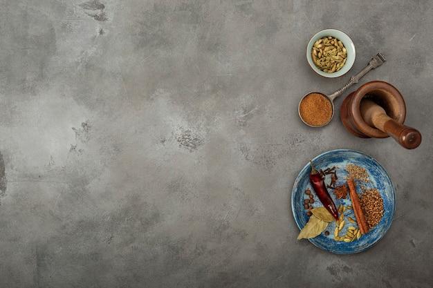 Promotions Colorées Sur La Table. Poudre De Garam Masala Indien Et Ses Ingrédients Spicespe Coloré Photo Premium