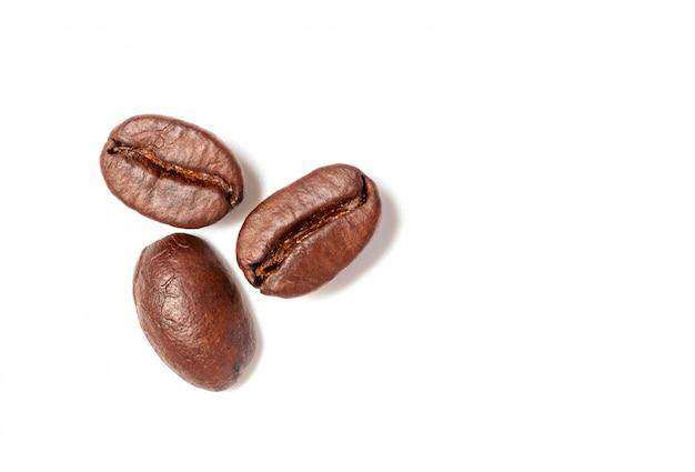 Une propagation des grains de café isolés sur fond blanc et espace de copie Photo Premium