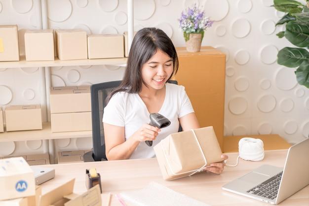 Propriétaire D'entreprise Femme Asiatique Travaillant à La Maison Avec Boîte D'emballage Sur Le Lieu De Travail Photo Premium