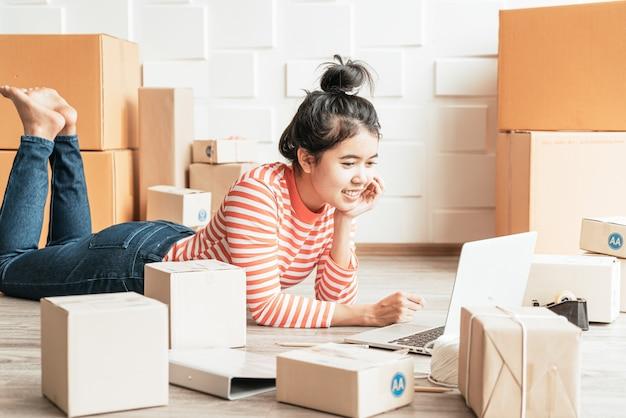 Propriétaire D'entreprise Femmes Asiatiques Travaillant à La Maison Avec Boîte D'emballage Sur Le Lieu De Travail Photo Premium