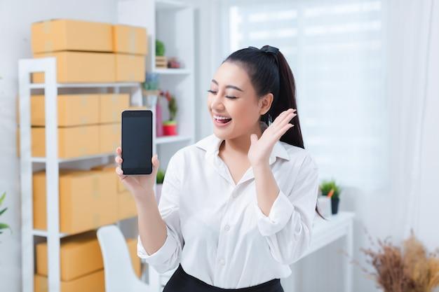 Propriétaire d'entreprise travaillant au bureau à domicile Photo gratuit