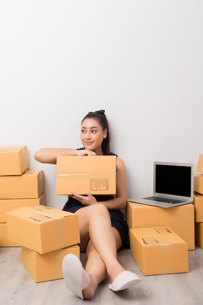 Propriétaire d'entreprise travaillant avec des boîtes Photo gratuit