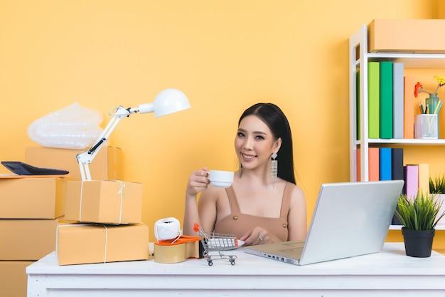 Propriétaire d'entreprise travaillant à l'emballage de bureau à domicile. Photo gratuit