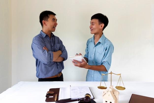 Propriétaire de maison heureux parler à un avocat au sujet du droit du logement. Photo Premium