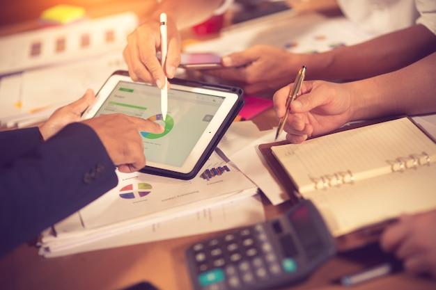 Les propriétaires d'entreprise consultent réunion financière conseiller pour analyser et sur le rapport financier dans la salle de son bureau Photo Premium
