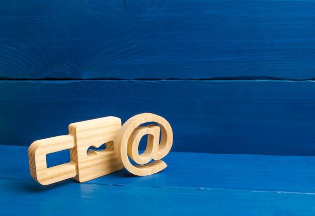 Protection des données et des informations personnelles. attaque de piratage, piratage, virus. poste fiable. Photo Premium