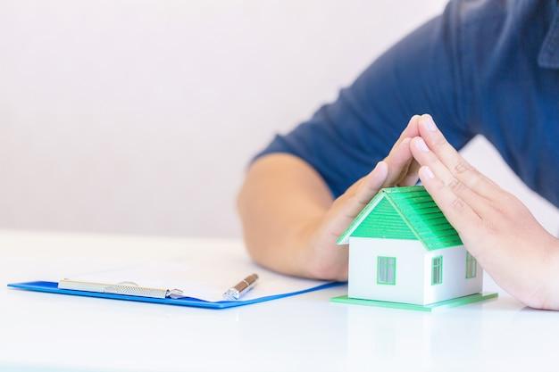 Protection De La Maison Dans Une Banque. Photo gratuit