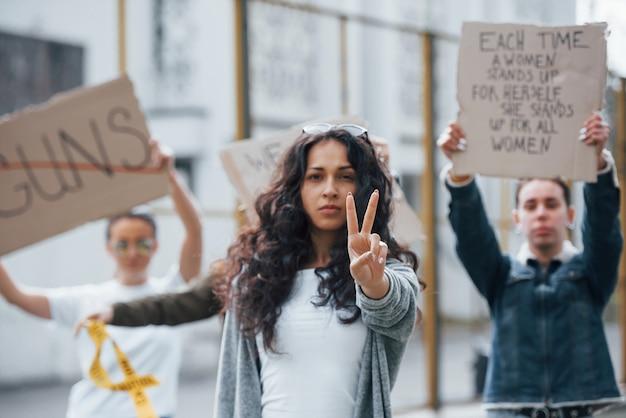 Prouve Moi Le Contraire. Un Groupe De Femmes Féministes Protestent Pour Leurs Droits En Plein Air Photo gratuit