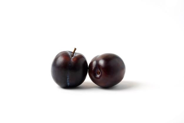 Prunes De Cerises Noires Jumelles Isolated On White Photo gratuit