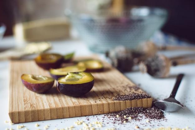 Prunes fraîches sur planche à découper Photo gratuit