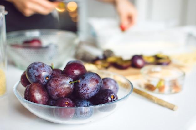 Prunes prêtes à cuire un gâteau Photo gratuit