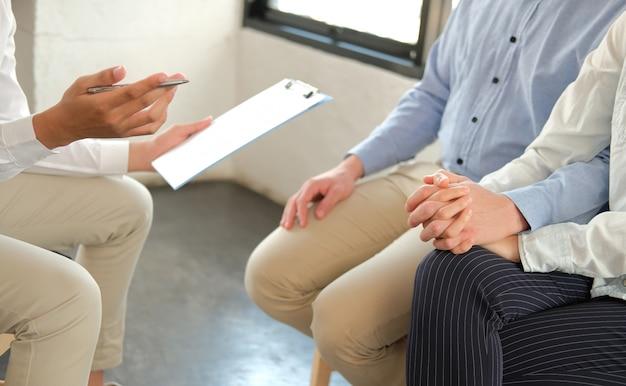 Psychiatre Donnant Des Conseils Relationnels Au Couple Photo Premium
