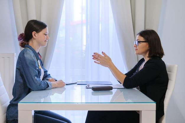 Psychologue Adolescent, Travailleuse Sociale Parlant à Une Adolescente Photo Premium
