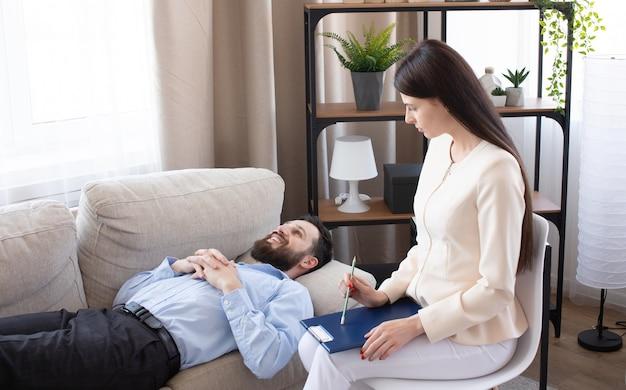Psychologue Ayant Une Séance Avec Son Patient Dans Son Cabinet De Consultation Privé. Photo Premium