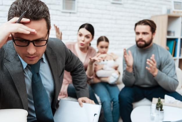 Psychologue bouleversé penser pendant les combats en famille Photo Premium