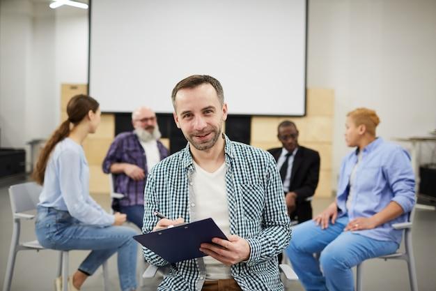 Psychologue Mature Posant En Thérapie De Groupe Photo Premium