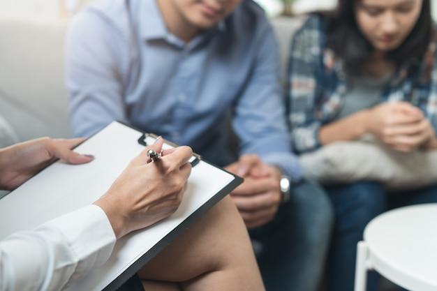 Psychologue parlant avec un couple marié de la dépression du mari. Photo Premium