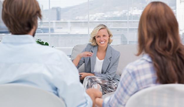 Psychologue parlant à un couple Photo Premium