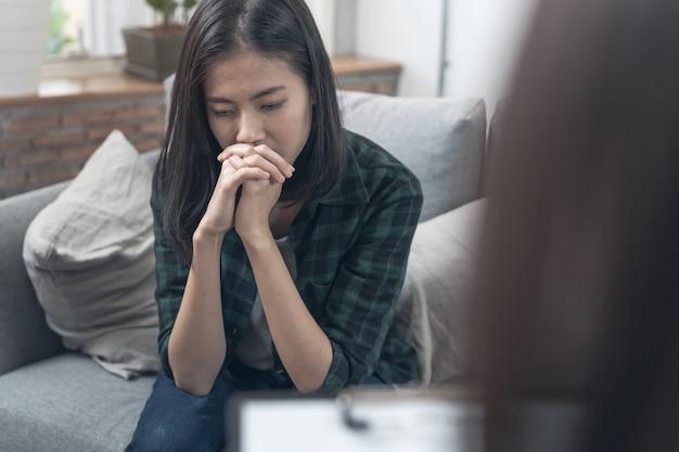 Psychologue parlant avec un patient déprimé de son état mental. Photo Premium