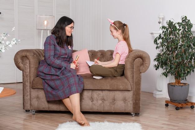 Psychologue Professionnel Avec Une Adolescente. Une Femme Propose De Faire Un Dessin Photo Premium