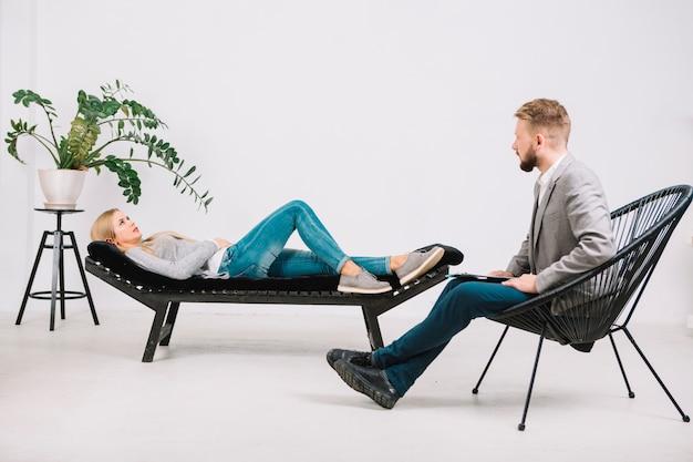 Psychologue Professionnel Effectuant Une Consultation Féminine Allongé Sur Un Canapé Photo Premium