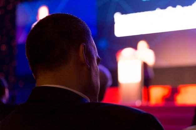 Le public écoute les intervenants sur la scène de la salle de conférence ou du séminaire, concept commercial et pédagogique Photo Premium