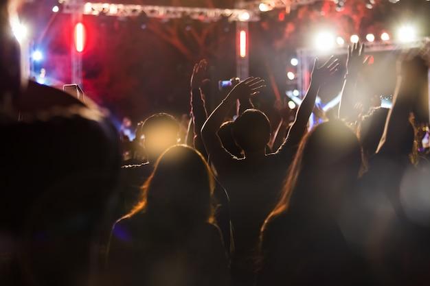Le public prend une photo sur un téléphone portable lors d'un festival de musique de concert gratuit Photo Premium