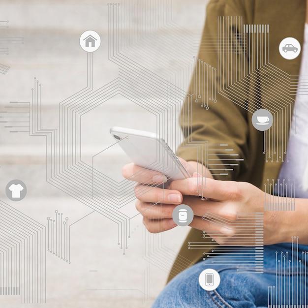 Puce de processeur avec des icônes d'application en face de la femme à l'aide de téléphone portable Photo gratuit