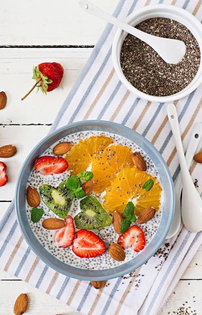 Pudding De Graines De Chia Au Lait D'amande Végétalien Avec Fraises, Orange Et Kiwi. Photo Premium