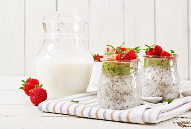 Pudding De Graines De Chia Au Lait De Coco Végétalien Avec Des Fraises Et Du Kiwi. Photo Premium