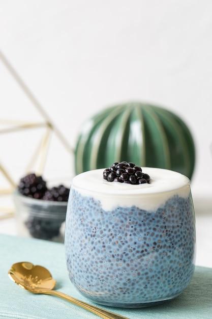 Pudding De Graines De Chia Bleu Avec Des Mûres Dans Un Verre Photo Premium