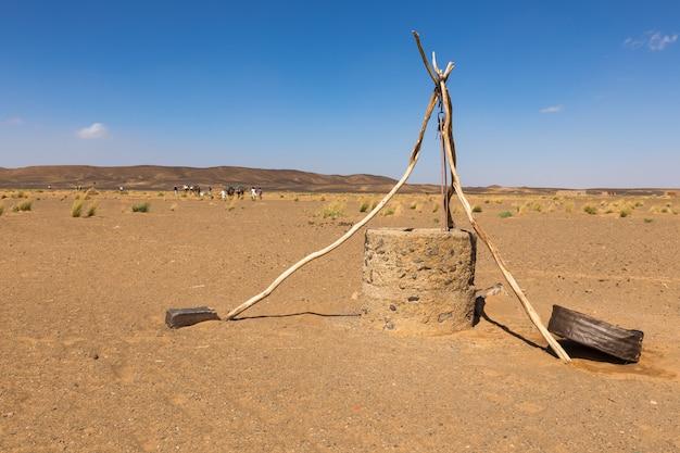 Puits d'eau dans le désert du sahara, maroc, afrique Photo Premium