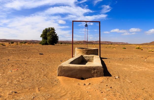 Puits d'eau dans le désert du sahara Photo Premium