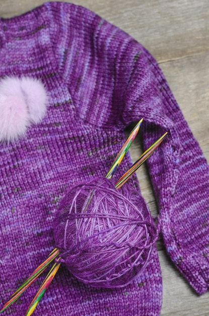 Pull tricoté et fils pour tricoter sur fond en bois Photo Premium