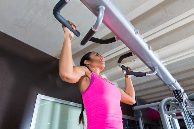 Pull ups pull-up exercice fille d'entraînement à des exercices de gym Photo Premium