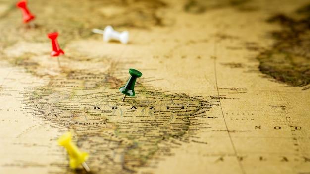 Punaise verte marquant un emplacement sur la carte du brésil. Photo Premium
